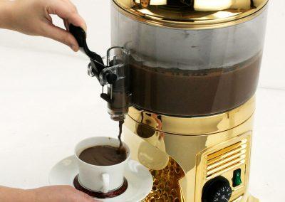 1bhc245_pouring_chocolateshot